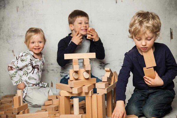 Holzbausteine_aus_Buche_mit_Kindern
