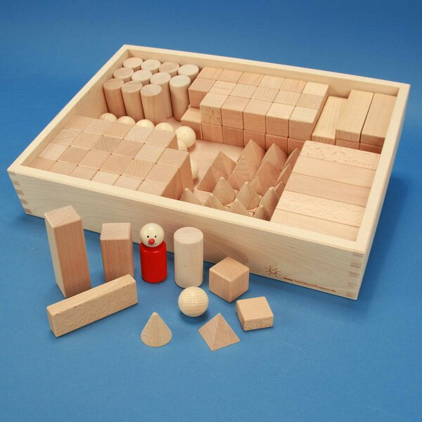 Set solides géométriques avec cubes en bois dans une caisse de