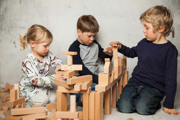 Holzbausteine_Set140_mit_Kindernqsa7RP4LT8YXw